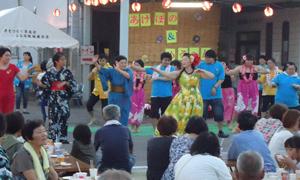 みんなで楽しくフラダンスを踊りました